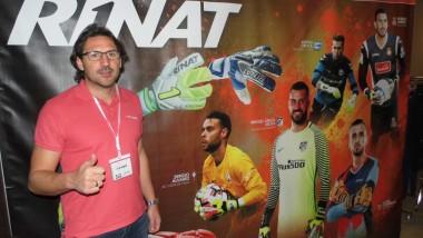 Rinat baraja sumar botas a su oferta para porteros de fútbol