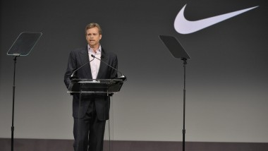 El director general de Nike planta cara a Donald Trump