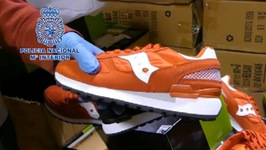 La policia interviene más de 4.200 pares de zapatillas deportivas falsas