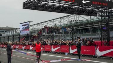 Nike bate el récord del maratón y roza la proeza de bajar de las dos horas