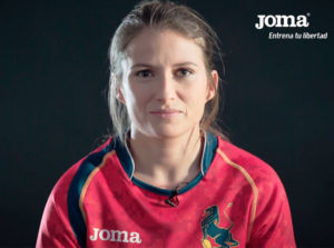 jugadora de rugby con la equipacion de joma