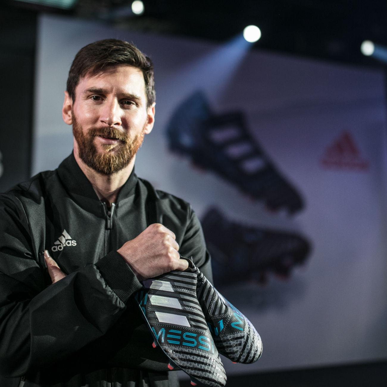 botas de fútbol Nemeziz presentadas por Leo Messi Leo Messi ha presentado en  Barcelona sus nuevas ... dbabf6b9814