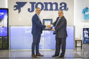 Joma recibe el certificado ISO 9001 de gestión de calidad de manos de Aenor