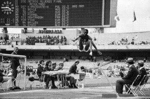 Bob Beamon récord olímpico de salto de longitud medio siglo después