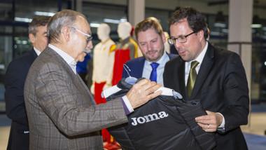 Joma recibe la visita del secretario general de Industria y Pyme