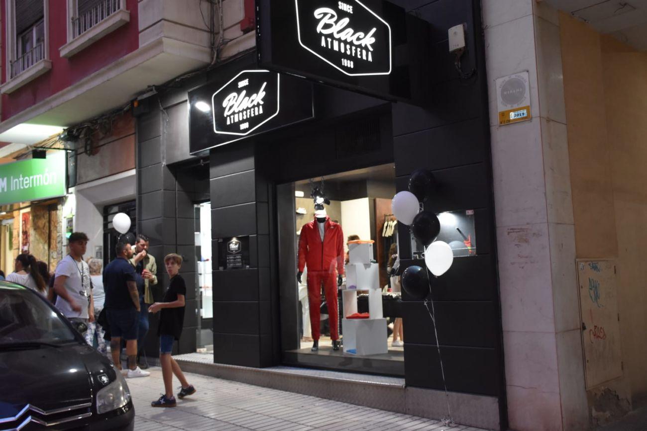 diagonal Típico Escudero  Alicante asiste a la inauguración de una tienda Black Atmósfera - Diffusion  Sport