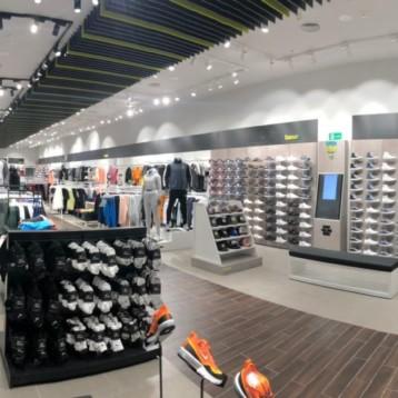 Base abre sendas tiendas en Gandia y Sevilla