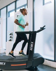 Lewis Hamilton participa en la presentación de unas nuevas zapatillas de Puma