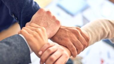 Las centrales de compra tienden la mano a los asociados