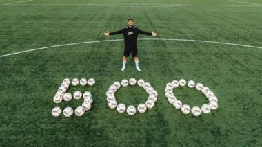 Puma celebra con Luis Suárez los 500 goles del delantero donando medio millar de balones